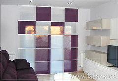 "Panel japonés morado en salón moderno • <a style=""font-size:0.8em;"" href=""http://www.flickr.com/photos/67662386@N08/9194697330/"" target=""_blank"">View on Flickr</a>"