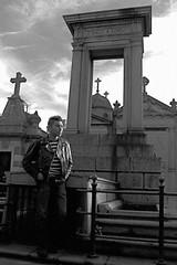 Portal do mundo imundo (rcisman) Tags: city cidade blackandwhite bw southamerica argentina statue canon ensaio photography photo blackwhite buenosaires ciudad backpack recoleta cemitrio estatua pretoebranco cemitery esttua mochila mochilo amricadosul sudamrica suramrica amricadelsur reycalavera cisman rcisman