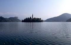 Bled, een burcht en een kerkje op een eilandje in het Bled-meer, Sloveni 2004 (wally nelemans) Tags: lake 2004 church slovenia bled slovenija kerk eiland blejskiotok sloveni blejskojezero bledmeer