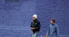 Dos colegas (Joe Lomas) Tags: madrid street leica urban espaa calle spain candid m8 reality streetphoto urbano urbanphoto realidad callejero robado robados realphoto fotourbana fotoenlacalle fotoreal photostakenwithaleica leicaphoto