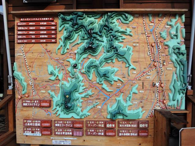 周辺マップも木製で立体化されています。|道の駅 風穴の里