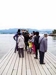 (Bernat Nacente) Tags: red people orange woman black japan temple person persona japanese october fuji hiroshima miyajima melody adobe  fujifilm vermell octubre   gent negre jap dona  lightroom taronja  itsukushima x10            santuari sanctuari  2013  nohdr  japonesos   x