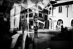 [Legnano, luci e ombre] (Luca Napoli [lucanapoli.altervista.org]) Tags: sony natale biancoenero babbonatale legnano volantinaggio addobbi rx100 lucanapoli vetrinenatalizie sonyrx100 climanatalizioalegnano