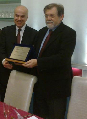 """""""Edoardo Croci consegna il premio """"Controcorrente Luca Hasdà"""" ad Angelo Panebianco. La data è il 20 gennaio 2014."""
