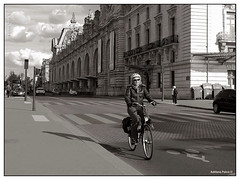Paris (Adriana Paiva *) Tags: voyage travel paris france streets primavera bike europa foto bikes frança bicicleta pb fotos ciclista traveling bicicletas vélo ruas franceses periodista journaliste mobilidade ciclistas voyageur jornalista jornalistas adrianapaiva parisienses ruedelalégiondhonneur vádebike blogadrinascidades