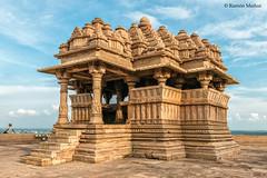 DSC5085 Templo Sas-Bahu (pequeño), 1093, Fuerte de Gwalior (Ramón Muñoz - ARTE) Tags: india gwalior fort fuerte fortaleza palacio templo hindú sas bahu vishnu