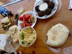 Israëlisch ontbijt met hummus en falafel