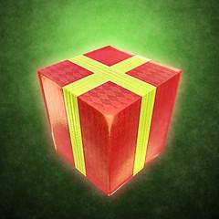 赤い箱に黄色の帯のプレゼント