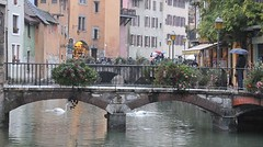 Annecy (saasrigais) Tags: bridge people france annecy architecture umbrella river swan arc most francie architektura lid eka labu oblouk detnk