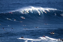 just a few people - jaws (Peahi) (Aaron Lynton) Tags: canon hawaii surf waves wave maui surfing 7d jaws peahi lyntonproductions