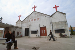 Fuyin Tang vrouw (Frans Schellekens) Tags: china woman church countryside cross religion churches service mis kerk oud vrouw fiets gebouw anhui kruis platteland believers religie kerken kerkdienst gelovigen