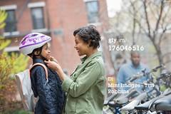 GHIRINGHELLI MICHELA casco da bicicletta (grafico5c) Tags: tempolibero mezzobusto caucasico amorevole accudire 2persone ambientazioneesterna bambinodietàscolare bambinomaschio