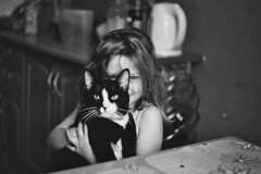 02.2017 (nnnnikt) Tags: girl portrait love lovely cat kitten kitchen indoor bw film filmphotography analoguephotography 50mm fujifilm prakticamtl5b myeverydaylife