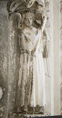 Angel holding a crown. Bordeaux, cathedral, Portail Royal (c. 1250), archivolt. (markusschlicht) Tags: bordeaux burdeos cathédrale kathedrale cathedral saintandré gothique gothic gotico gotisch gotik statue skulptur sculpture medieval mittelalter escultura ange angel engel voussure voussoir archivolt archivolte crown krone couronne