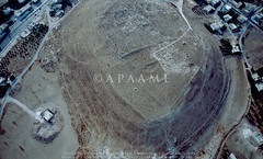 Tell el-Husn (APAAME) Tags: flight1 flying2006 jadis2321001 megaj2681 tallalhusun tellelhusn scannedfromslide aerialarchaeology aerialphotography middleeast airphoto archaeology ancienthistory