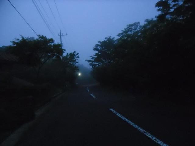 もうそろそろ山荘ともお別れ・・・最終日の夜は、もくもくと霧。 