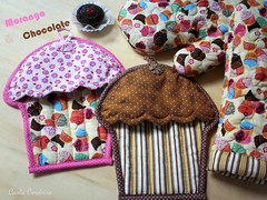 potholders Cupcakes (Carla Cordeiro) Tags: chocolate cupcake fuxico kit patchwork potholder acolchoado luvadecozinha pegadordepanela acabamentoviés feitocom♥