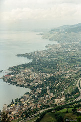 Schweiz # Montreux #  Farbe_Papierscan_2014- Canon EOS 1000 Kodak Gold100 - 1995 (irisisopen f/8 >3Mio) Tags: city houses color film analog canon eos reisen wasser europa kodak natur himmel 10d stadt motive farbe stdte negativ huser negativfilm colornegativ