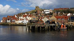 Flocking to Whitby (WISEBUYS21) Tags: whitby north yorkshire moors moor seaside end rainbow church abbey jetty houses white orange clay beautiful light dark skies rainy shower sun boat life reflection reflections captain cook hill steep pub club wisebuys21 enelnorestedeinglaterra norte danslenordestdel'angleterre nord imnordostenvonengland norden nelnordestdell'inghilterra inhetnoordenvanengeland noordoosten idennordligedelafengland koillisenglannissa pohjois landskap landskab maisema paysage landschaft paesaggio paisaje campo campagne campagna lanscape seascape dracula river esk water salt