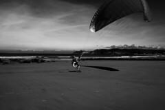 no te cubras las espaldas, deja correr el aire (Tinta China2007) Tags: asturias playa bn aire manochao vuelo entrenamiento volar despegar espasa