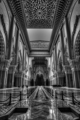 Hassan II Mosque - interior (Rik Tiggelhoven Travel Photography) Tags: casablanca marokko maroc morocco hassan ii mosque mosquée moskee interior architecture building africa afrika monochrome black white blackandwhite bn bw sw canon 6d fullframe ef1740mmf4lusm rik tiggelhoven travel photography art grande reflection ceiling roof details hdr chandelier wow citrit