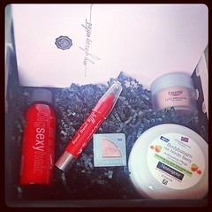 #glossybox #maiedition #mai #glossy #box #beauty #sexyhair #eyeshadow #lipblush #cosmetic  Glossy Box tests et avis sur la box (passionthe) Tags: test paris les french la commerce box femme glossy beaut gift instant sa bonne discovery plaisir hommes femmes avis cadeau coffret choisir toutes glossybox cosmetique echantillons