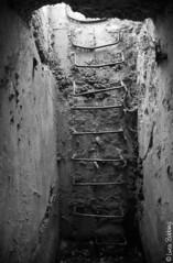 Escape (Luca Bobbiesi) Tags: film blackwhite war scanner scala fortress kodaktmax400 trentino biancoenero olympusom10 pellicola forti primaguerramondiale epsonv500 forteluserna hzuiko24mmautowf28