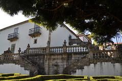 Escalera de acceso al jardín en el Pazo de Mariñán. (lumog37) Tags: architecture arquitectura esculturas staircase sculptures palaces escaleras palacios pazo