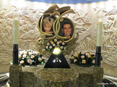 The Dodi and Diana Memorials (Landahlauts) Tags: paris memorial monumento harrods accidente ladydi hijo trafico victimas princessofwales magnate mohamedalfayed trafficcollision mohammedalfayed princesadegales dodyalfayed tuneldelalma