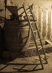 Vendima (Pablo Fernndez Estvez) Tags: shadow bw stone canon wine barrel harvest bn escalera pedra cask barril lader piedra vendimia tonel escaleira 50d vendima estrujadora