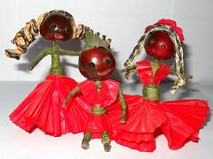 bamboline con testa di cigliegina di plastica, e materiale da foriaia