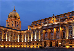 Budaer Burgpalast (Prinz Wilbert) Tags: budapest ungarn hungary illumination illuminated beleuchtung beleuchtet bluehour blauestunde dusk dämmerung nacht nightfall night europa europe mitteleuropa buda burgpalast royal palace castle innenhof inner court budavári palota királyipalota budin kalesi schloss burg palast königsschloss hof kuppel dome clear gebäude building bau architektur architecture prinzwilbert flickr