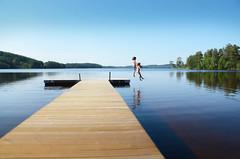 Ultiem Zweden: plons! (Artyvee) Tags: lake holiday kids vakantie jump meer sweden kinderen sverige zweden springen scandinavi 2013 gunnarskog rimpelloos