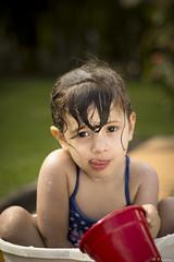 Brincando na gua (Mr.Navas) Tags: portrait sol girl smile gua brasil canon children child retrato garota sorriso criana mm 50 menina infancia brincadeira oculos 60d