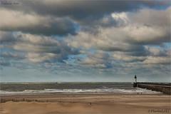 Ciel de trane... (JL) Tags: mer ciel nuage plage phare calais nord jete pasdecalais trane