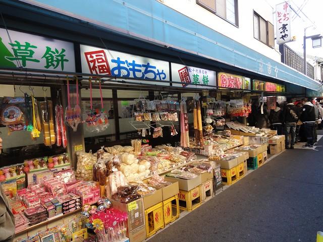 鳥居をくぐると参道の両脇に店が立ち並んでいます。|千代保稲荷神社