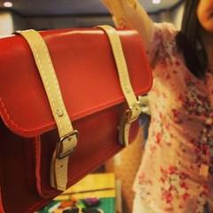 2nd Bag : คุณหวานกับกระเป๋าใบที่สองเป็น Satchel  คุณ หวานกับกระเป๋าใบที่สองเป็น Satchel เย็บมือทั้งใบ นับว่าเป็นใบที่สองและเย็บด้วยมือใบที่ดีที่สุดใบหนึ่งที่นักเรียนทำ ด้ายเรียงตัวสวยดีมาก คุณหวานตั้งใจมาก แม้ตอนนี้ย้ายไปอยู่ต่างประเทศแล้วก็ยังไปหาซื้อหนั