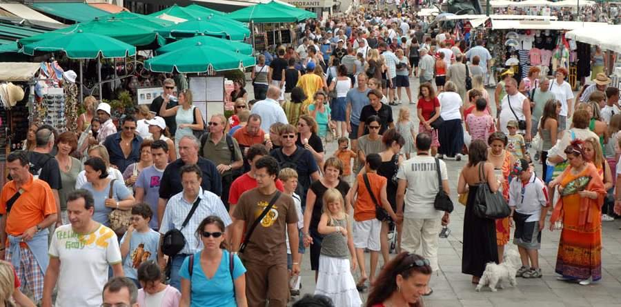 Толпа туристов в Венеции