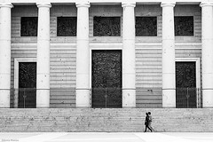 (Sonia Montes) Tags: madrid blackandwhite bw black blancoynegro puerta gente almudena streetphotography catedral urbana columnas byw