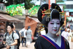 Waiting geisha in Asakusa (Thorsten Reiprich) Tags: city summer portrait people urban woman travelling art sunshine japan asia day capital makeup geiko   kanto  tokio honshu       geigi