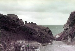 (sftrajan) Tags: ocean sea england coast cornwall unitedkingdom britain cliffs coastline 1983 atlanticocean tintagel atlanticcoast vereinigtesknigreich