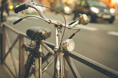 Gazelle (marywilson's eye) Tags: street city sunset paris france cars bike bicycle fence 50mm lights luces town calle nikon bokeh ciudad bicicleta cycle desenfoque bici rue ocaso rivoli coches valla trafico verja d90 vsco