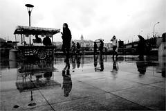 spi_091 (la_imagen) Tags: türkei turkey türkiye turquía istanbul istanbullovers yağmur rain regen sokak sw bw blackandwhite siyahbeyaz  monochrome strasenfotografieistkeinverbrechen street streetandsituation streetlife streetphotography menschen people insan eminönü