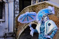 Venezia , il carnevale  ... blue (miriam ulivi - OFF/ON) Tags: miriamulivi nikond7200 italia venezia venice carnevaledivenezia maschera blue ponte carnivalinvenice mask bridge azzurro anticopalazzo ancientbuilding febbraio2017 february2017