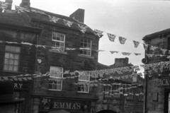 Bunting (Julian Dyer) Tags: vintage blackwhite events yorkshire 35mmfilm ilforddelta400 fujicast705 haworth ilfordddx haworth1940sweekend haworth1940s