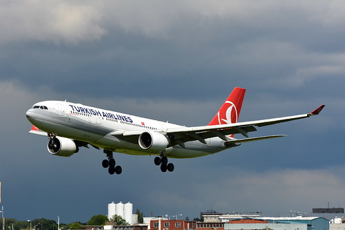 TURKISH AIRLINES AIRBUS A330 LANDING 27L