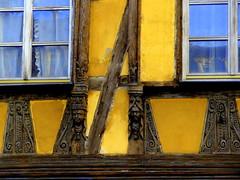 Fensterschnitzerrei (Jane 911) Tags: building yellow alt fenster haus gelb architektur holz gebäude muster glas figuren fachwerkhaus interessant schnitzerrei