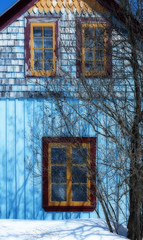 Couleurs (monilague) Tags: blue windows roof winter light red house tree yellow pine architecture jaune rouge soleil pin day lumire board hiver jour bleu neige maison toit plank arbre clapboard lilas fentres planches sune bardeaux nsow