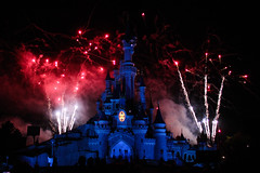 Bastille Day Fireworks - Disneyland Paris -  0041 (Snyers Bert) Tags: park parque sleeping paris france castle beauty verjaardag fireworks euro anniversary disneyland events au 14 july disney resort celebration celebrations land belle frankrijk 20 pyro chateau juillet parc th anniversaire 20th parijs feu bois artifice dormant kasteel feux disneylandparis dlp sleepingbeautycastle plaatsen dlrp 20thanniversary marnelavallee gebeurtenissen 14juilletfireworks twintigste