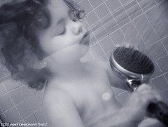 SINGING IN THE SHOWER (antoniomape) Tags: espaa shower singing ducha bebe salamanca